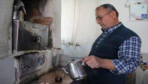 Asırlık odun kazanında çay keyfi