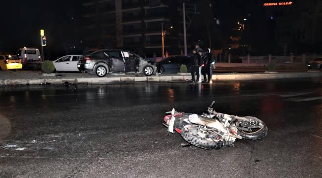 Manisaya Gelen Motosiklet Otomobille çarpıştı