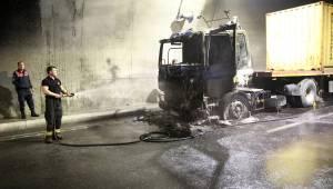 Sabuncubeli Tüneli, tır yangını nedeniyle tek yönlü trafiğe kapatıldı