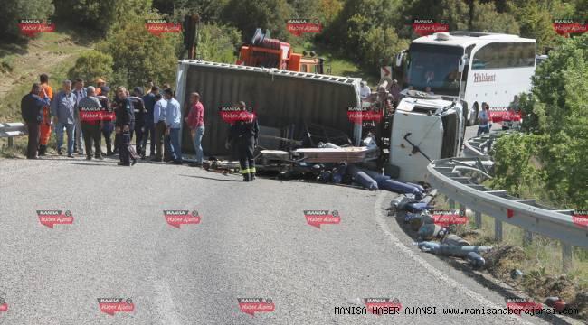 Manisa'da oksijen tüpü yüklü kamyon devrildi: 1 yaralı