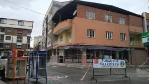 Manisa'da yıkılma tehlikesi bulunan bina boşaltıldı