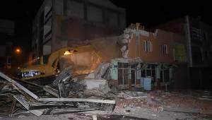 Tahliye edilen bina belediye ekipleri tarafından yıkıldı