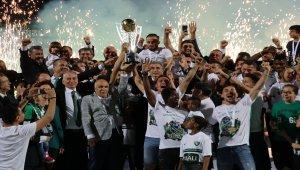 Denizlispor, şampiyonluk kupasını kaldırdı