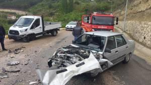 Manisa'da otomobil ile kamyonet çarpıştı: 3 yaralı