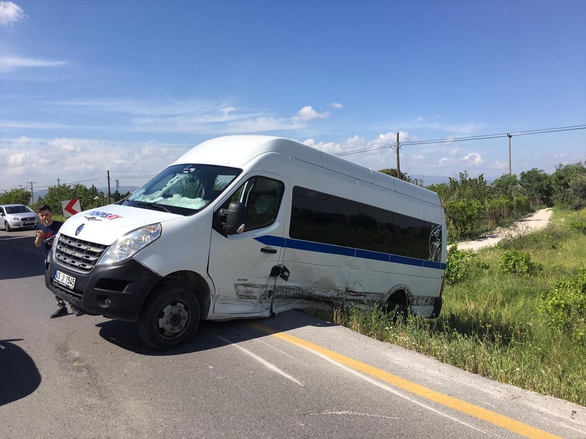 Manisa'da otomobil ile minibüs çarpıştı: 4 yaralı