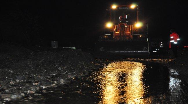 GÜNCELLEME - İzmir-Manisa kara yolu heyelan nedeniyle kapandı