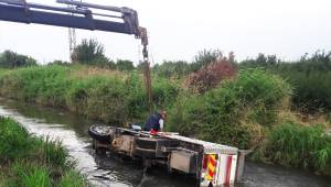 Kamyon sulama kanalına devrildi: 2 yaralı