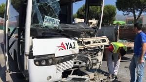 Manisa'da işçi servisiyle tır çarpıştı: 6 yaralı