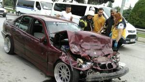 Otobüse çarpan otomobilin sürücüsü yaralandı