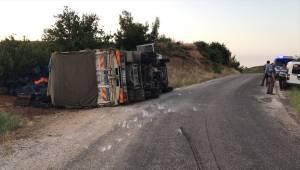 Turgutlu'da kiraz yüklü kamyon devrildi: 1 yaralı