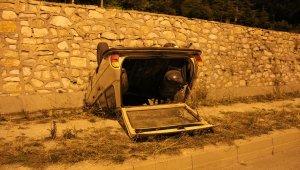 Domaniçte otomobil istinat duvarından düştü: 1 yaralı