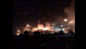 Демонстранты подожгли здание полиции