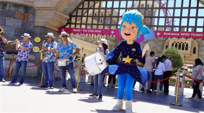 Neşeli maskotlar ve coşku dolu bando takımıyla İsfanbul Tema Park'ta bayram sevinci şenliğe dönüştü