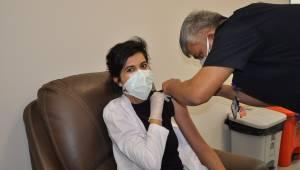 Manisa Şehir Hastanesi'nde sağlık çalışanları aşılanıyor