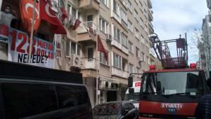 CHP'nin afişlerini itfaiye indirdi