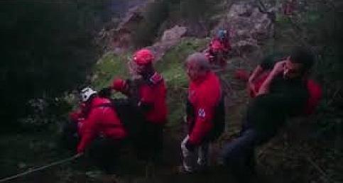 Spil'de bacağı kırılarak mahsur kalan genç kurtarıldı